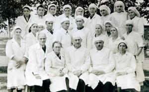 Рис.18 Е.Н. Острогорский, М.А. Зызина, С.А. Донсков (главный врач) в группе сотрудников больницы (вторая половина 1940-х годов).
