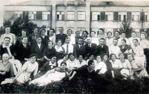 Рис. 9 А.И. Емельянов с сотрудниками больницы. 1930-е годы.